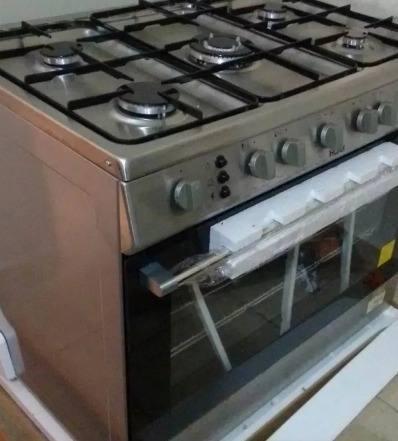 Cocina 5 hornillas. cromada. a gas.