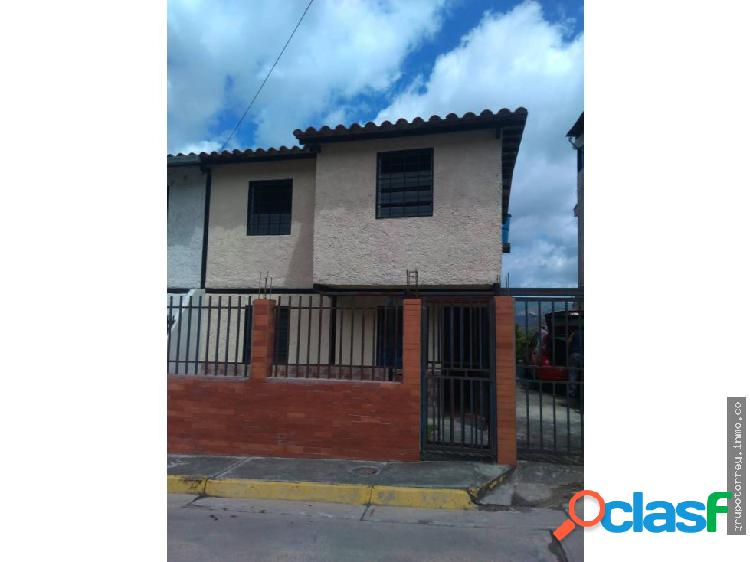 Casa tipo town house urb asocsuveas los teques