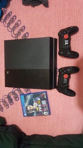 Consola play 4 con dos controles y un juego fifa14