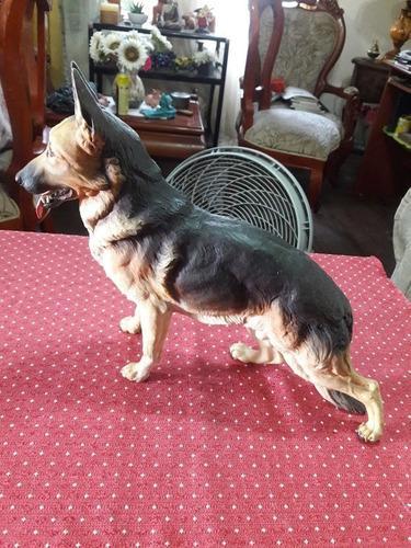 Escultura de perro pastor aleman. colección de italia.