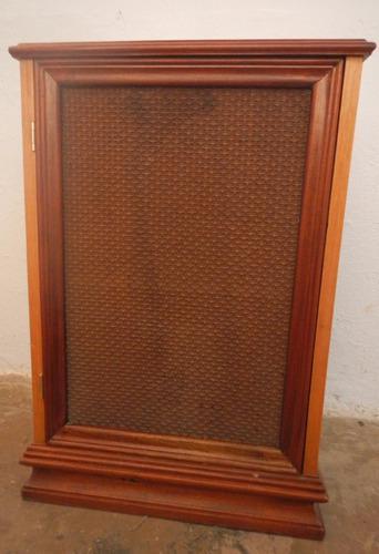 Mesita de madera con puerta