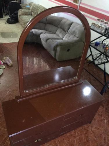 Peinadora de madera con gavetas y espejo