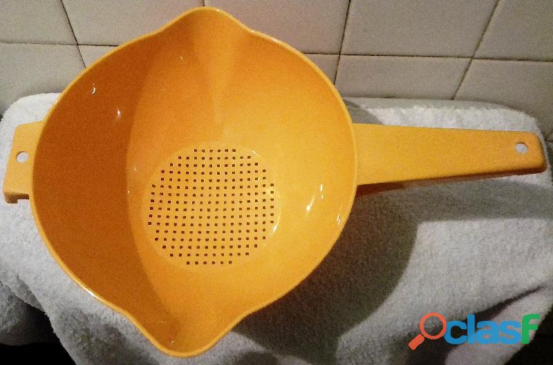 Colador con asa plástico de tupperware