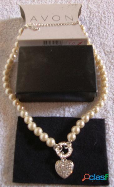Cadena de perlas con dije corazón avon