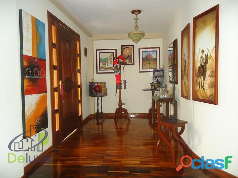 Exclusiva casa de 457 m2 terrenp y 330 m2 construcción, Urbanización Quebrada Linda 10