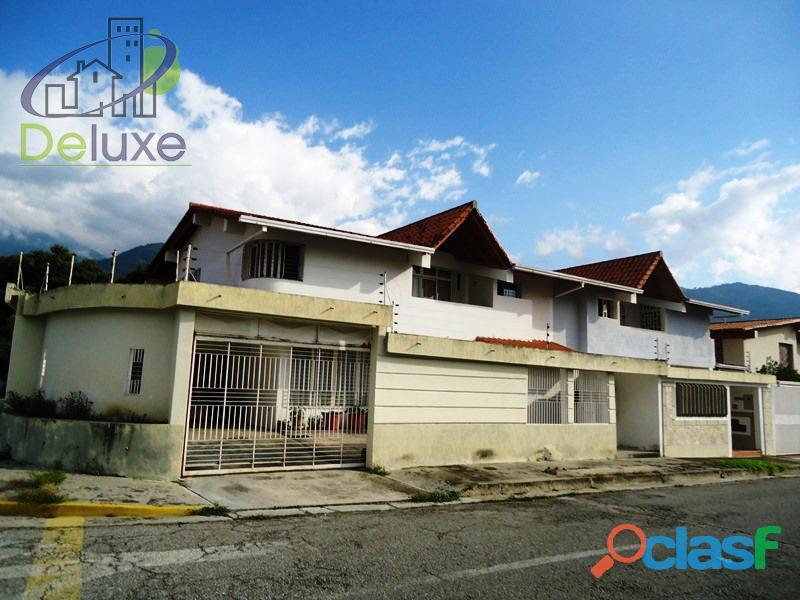Extraordinaria casa construída en esquina 200m2t y 333m2c, Urbanización Las Tapias
