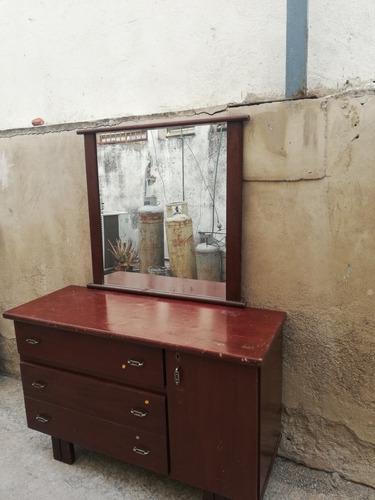 Peinadora de madera con espejo