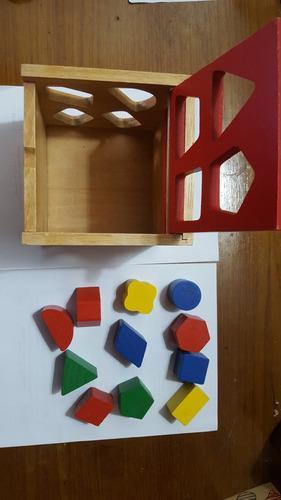 Juego caja de madera con figuras geométricas. usado.