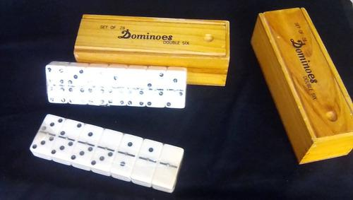 Juego de dominó en estuche de madera