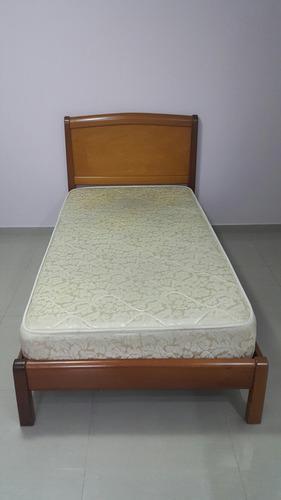 Cama individual con mesa de noche y colchon. juego de cuarto