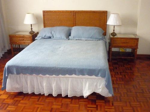 Muebles para dormitorio con acabados de rattan y bambú