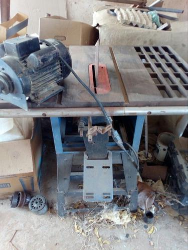 Sierra eléctrica con su mesa para taller de carpintería