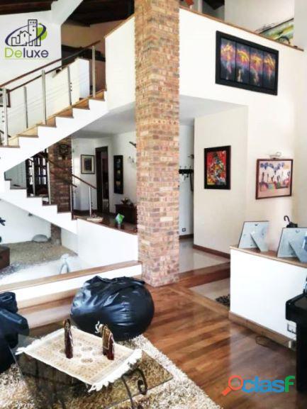 Exclusiva Casa, con un diseño único en su estilo, Urbanización Las Tapias