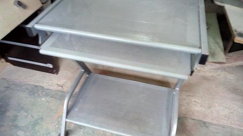 Mesa para computadora de aluminio perforado.