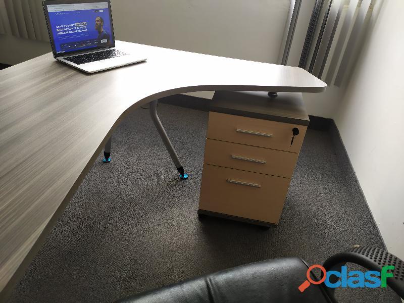 vende esto dos escritorios con sillas y la mesa de conferencia