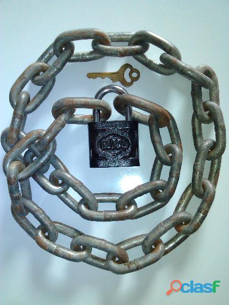 cadena gruesa con candado grande.