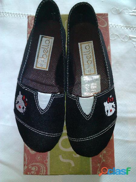 zapatillas de hello kitty color negro talla 28.