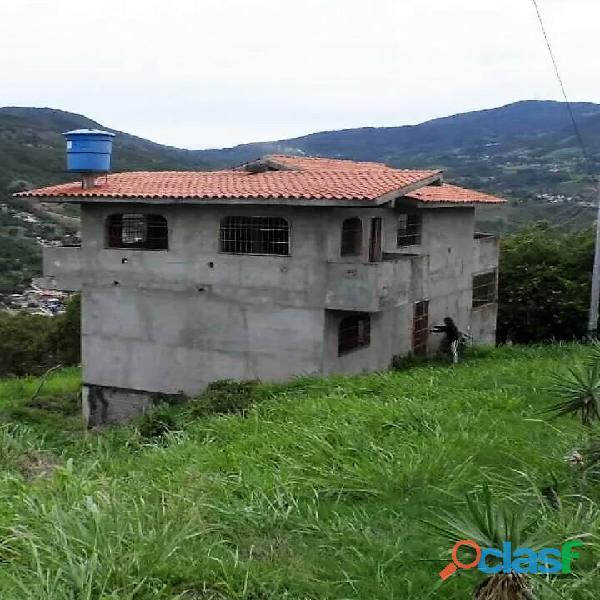 Casa de tres niveles entre capacho y peribeca.