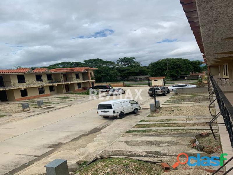 RE/MAX PARTNERS Vende Townhouse en obra limpia en la Urbanización El Alboral, Flor Amarillo Valencia